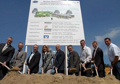 Den Startschuss zum Bau des Holzheizkraftwerkes gaben Mitglieder der Genossenschaft sowie Planer und Generalunternehmer.