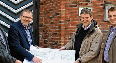 Einen Blick auf die Baupläne werfen (von links) Uli Olliges (Kirchenvorstand), Bürgermeister Heinz Koop, Pastor Ulrich Högemann und Architekt Hans Kuper