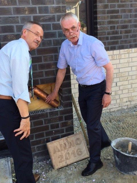 Die beiden Vorsitzenden Hr. Weber (Aufsichtsrat) und Hr. Robben (Vorstand) setzen den Grundstein am 13.09.2016